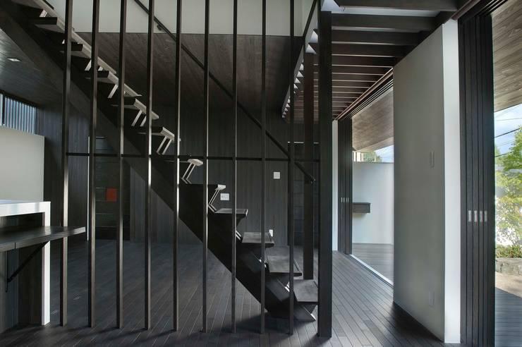 居間:       古津真一 翔設計工房一級建築士事務所が手掛けたリビングです。