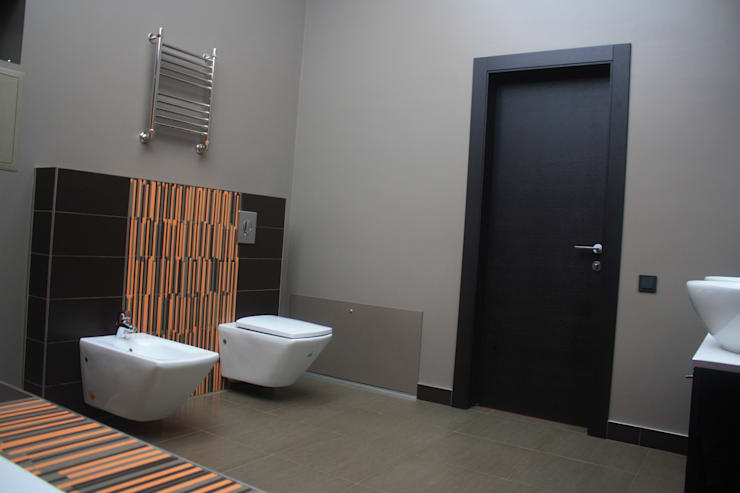 Дом в Опушкино: Ванные комнаты в . Автор – ООО «Х.А.Т.А.»
