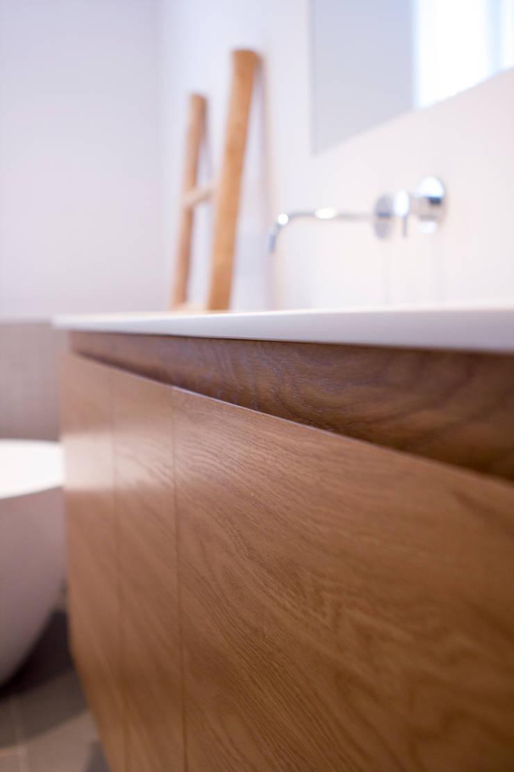 Detail Marike maatwerk kast, naturel eiken:  Badkamer door Marike, Modern