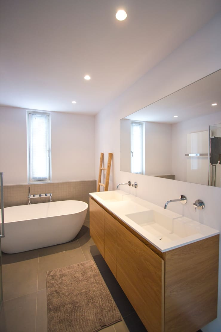 Marike Solute wastafel, maatwerk kast en vrijsstaand Flint bad:  Badkamer door Marike, Modern