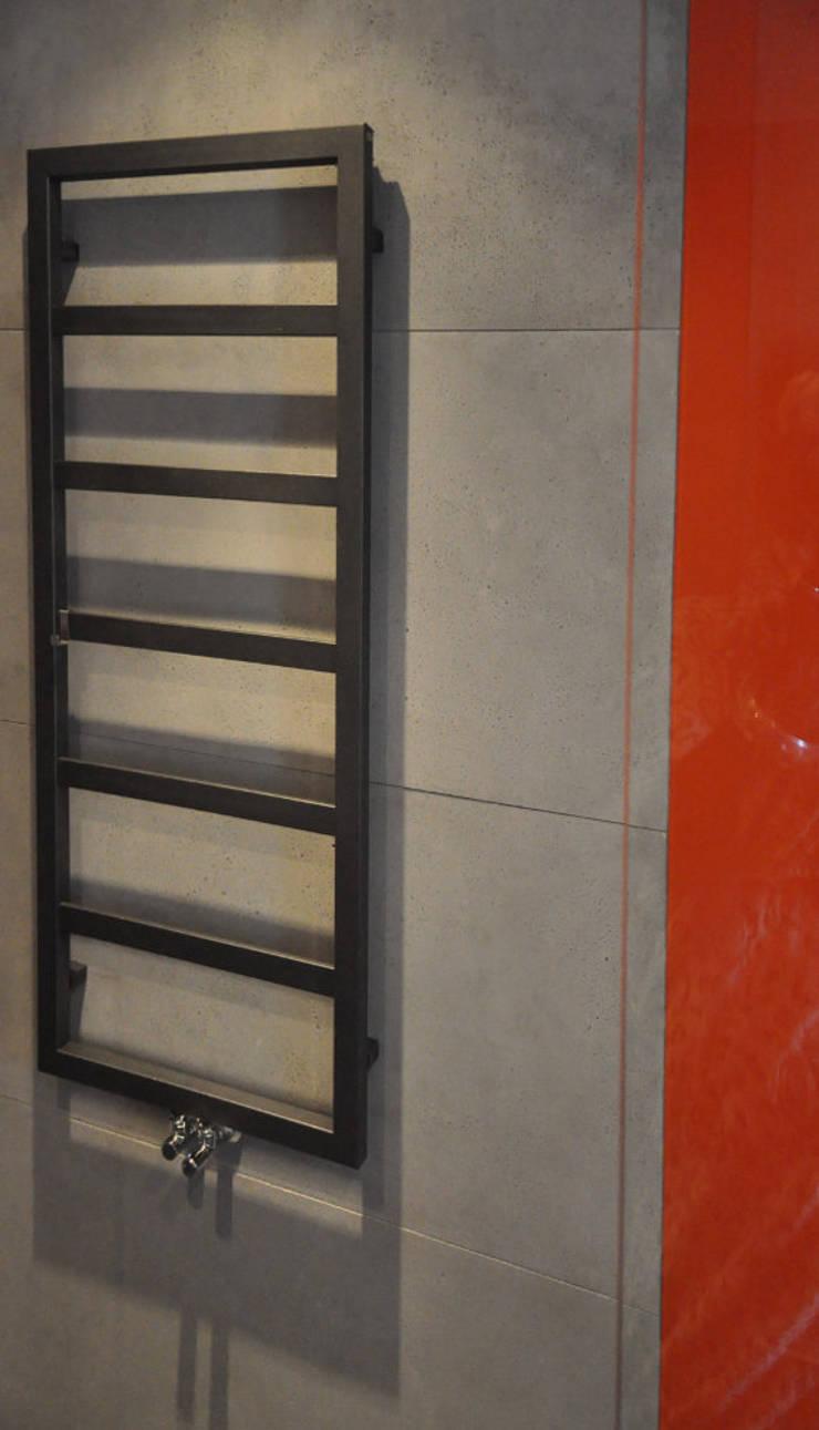 Szarości i pomarańcze: styl , w kategorii Jadalnia zaprojektowany przez Tarna Design Studio,