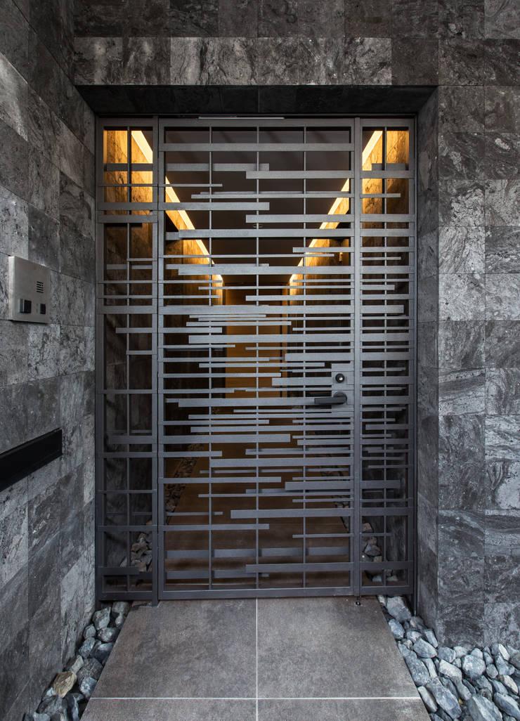 姫島の家: Abax Architectsが手掛けた廊下 & 玄関です。