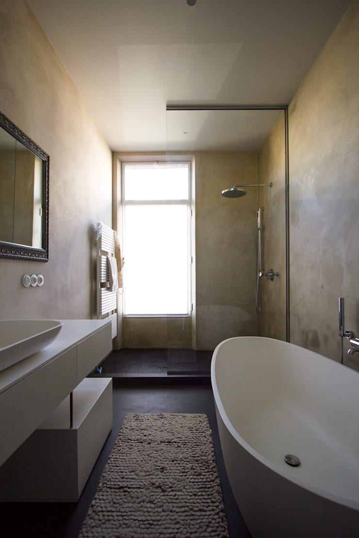 Marike setting Sosft bad, maatwerk kast en wastafel Comma:  Badkamer door Marike
