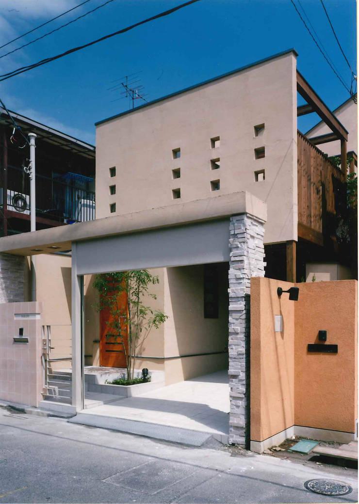 道路側外観: 豊田空間デザイン室 一級建築士事務所が手掛けた家です。,