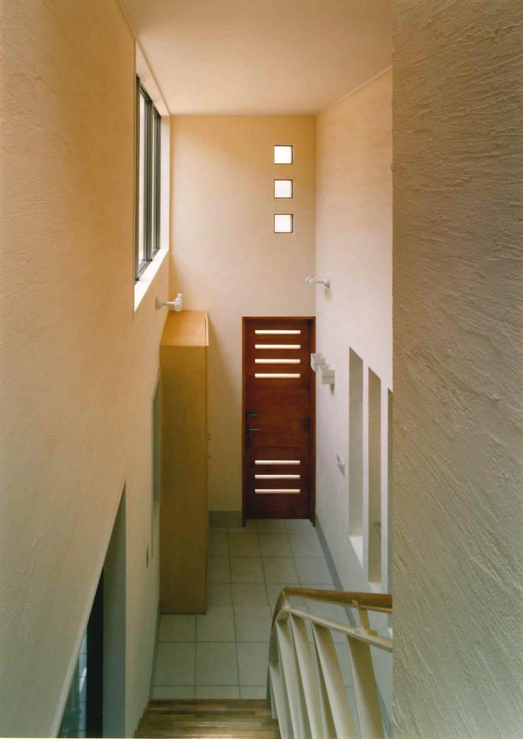 2Fから吹抜の玄関ホールを見る: 豊田空間デザイン室 一級建築士事務所が手掛けた壁です。,