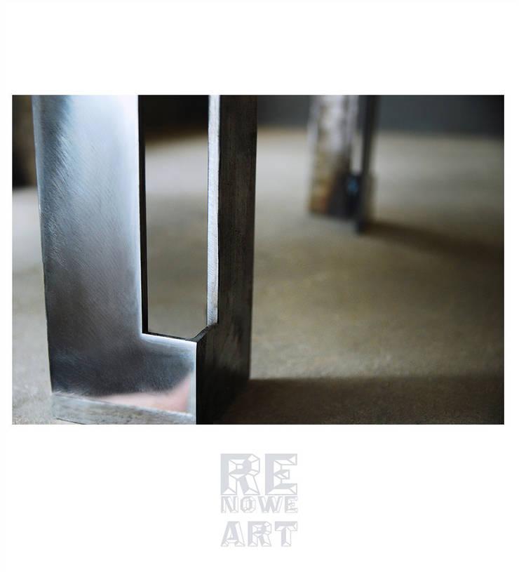 Stalowa pufa z welurowym siedziskiem : styl , w kategorii Salon zaprojektowany przez ReNowe Art