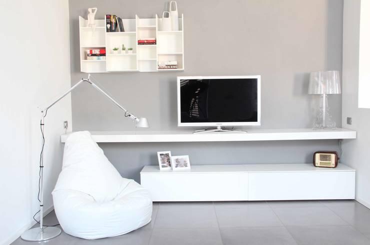 Salas de estar minimalistas por Elisa Rizzi architetto