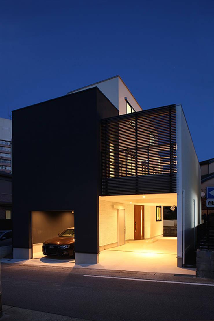 前面道路の喧騒を遮断するため、閉じた外観デザイン: ナイトウタカシ建築設計事務所が手掛けた家です。,