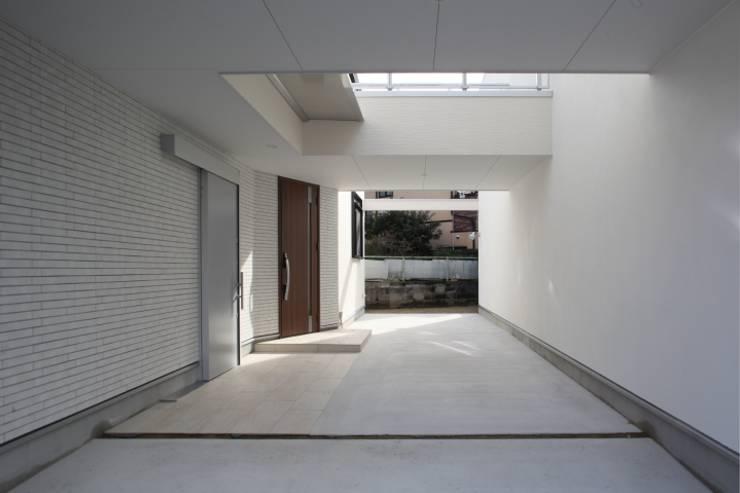 開放的なアプローチ: ナイトウタカシ建築設計事務所が手掛けた家です。,