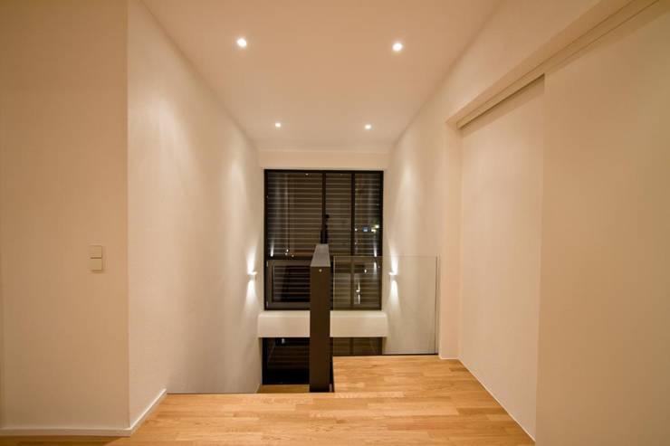 Corridor & hallway by BPLUSARCHITEKTUR, Modern