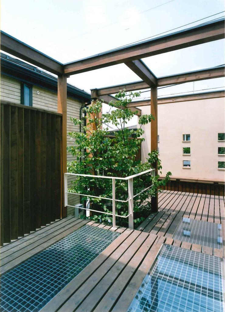 2Fリビングから繋がるウッドデッキ: 豊田空間デザイン室 一級建築士事務所が手掛けたテラス・ベランダです。,