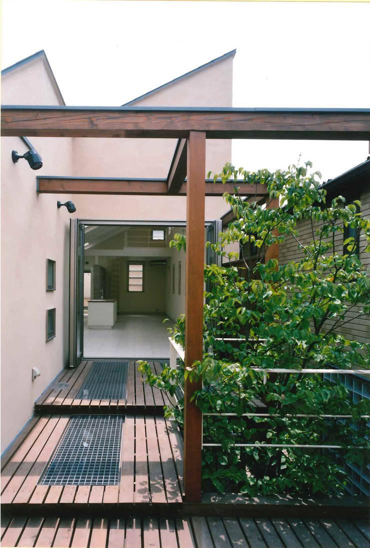 ウッドデッキ端よりリビングを見る: 豊田空間デザイン室 一級建築士事務所が手掛けたテラス・ベランダです。,