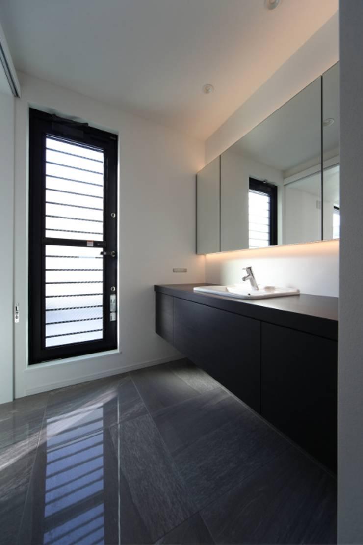 ホテルライクなパウダールーム: ナイトウタカシ建築設計事務所が手掛けた浴室です。,