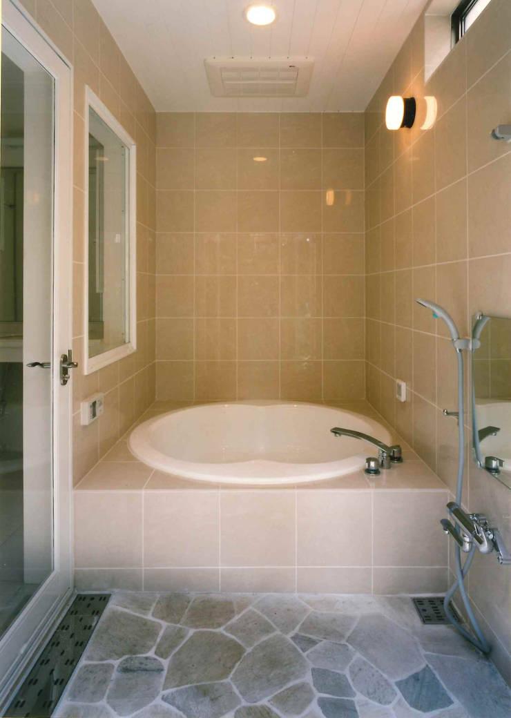 バスルーム: 豊田空間デザイン室 一級建築士事務所が手掛けた浴室です。,