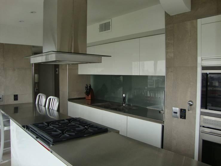 Libertador 2012: Cocinas de estilo  por Hargain Oneto Arquitectas