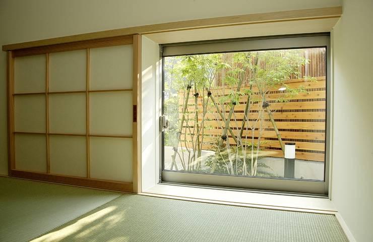 岩崎の家: 祐成大秀建築設計事務所が手掛けた窓です。