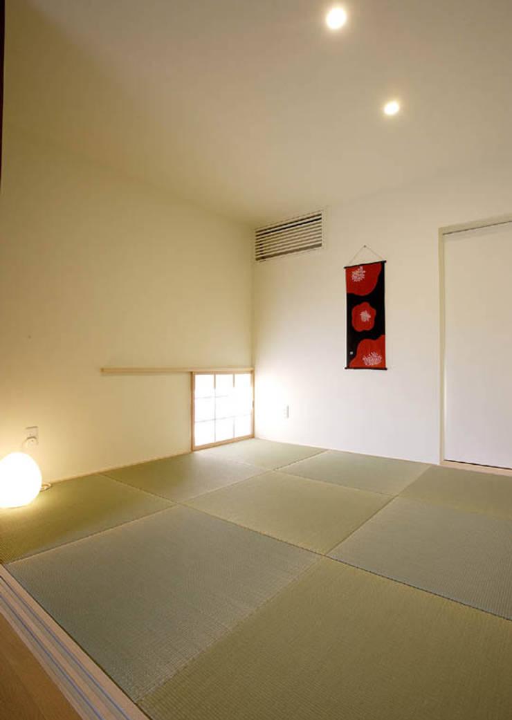 岩崎の家: 祐成大秀建築設計事務所が手掛けた和室です。