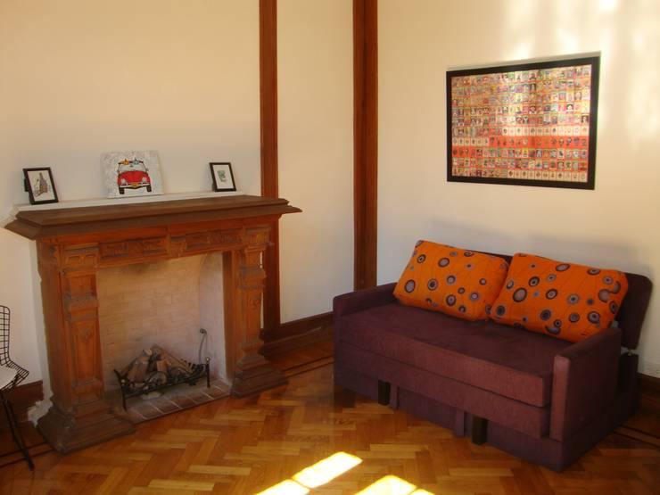 Departamento sobre la calle Rivadavia esquina Pichincha: Livings de estilo  por Hargain Oneto Arquitectas