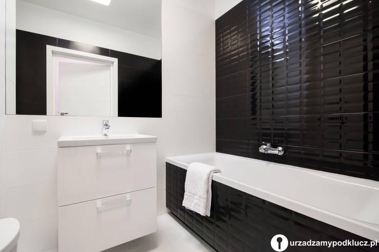 Czarno-białe szaleństwo: styl , w kategorii Łazienka zaprojektowany przez Urządzamy pod klucz