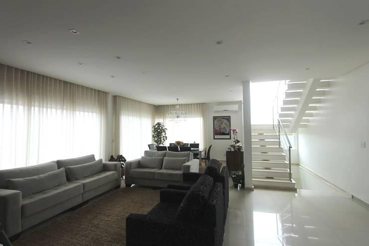 Residência em Brasília – DF: Sala de estar  por Domingos Bidoia Arquitetura
