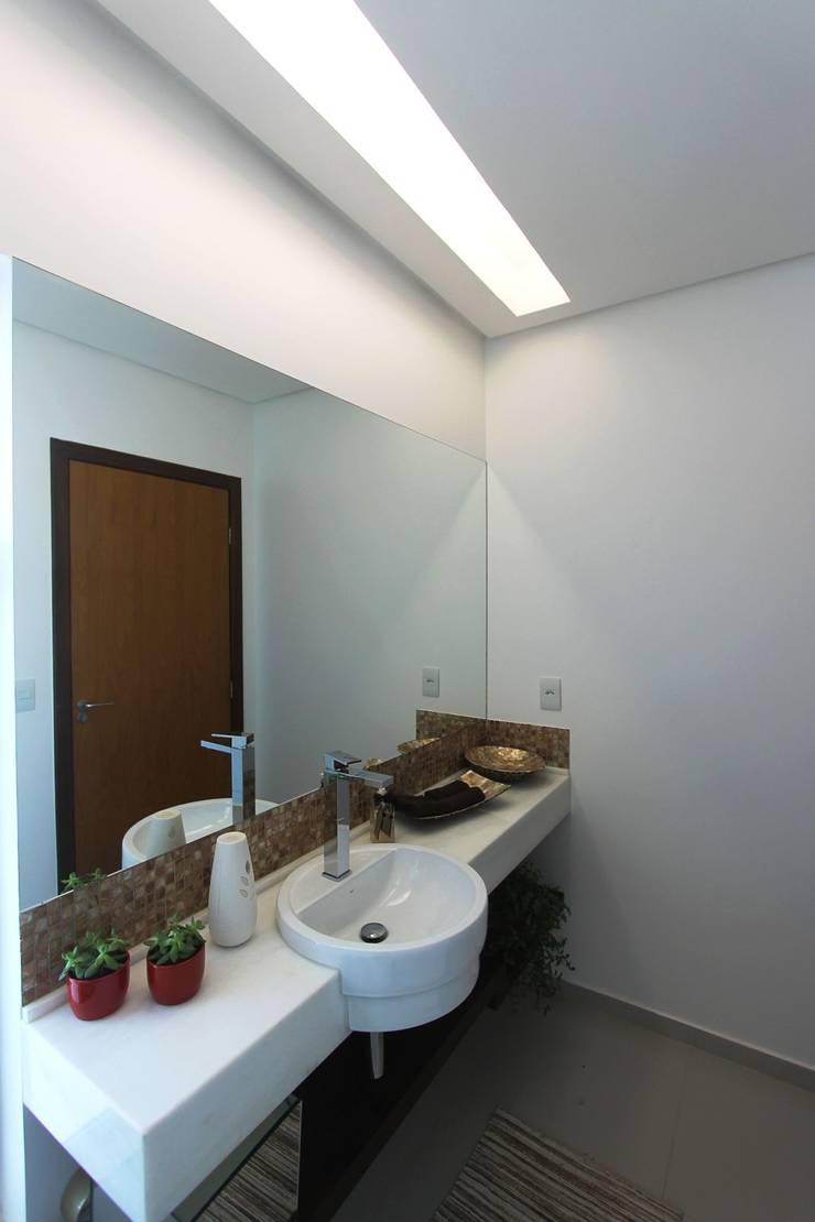 Residência em Brasília – DF: Banheiro  por Domingos Bidoia Arquitetura