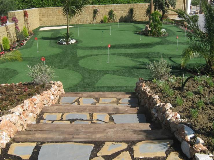 acceso al minigolf: Jardines de estilo  de UAArquitectos