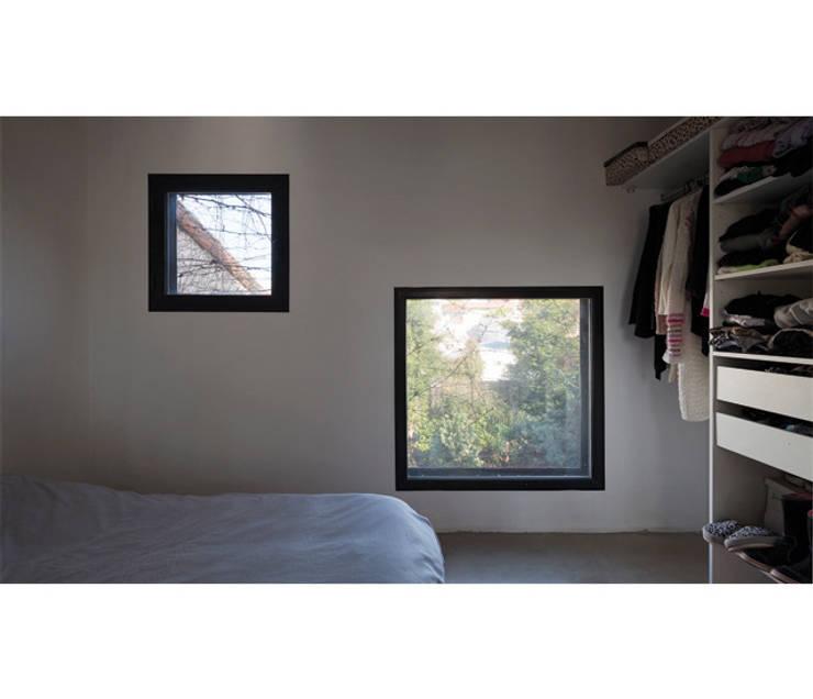Casa Silvia y Omar: Dormitorios de estilo moderno por IR arquitectura