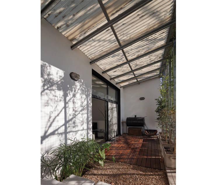 Casa Silvia y Omar: Jardines de estilo moderno por IR arquitectura