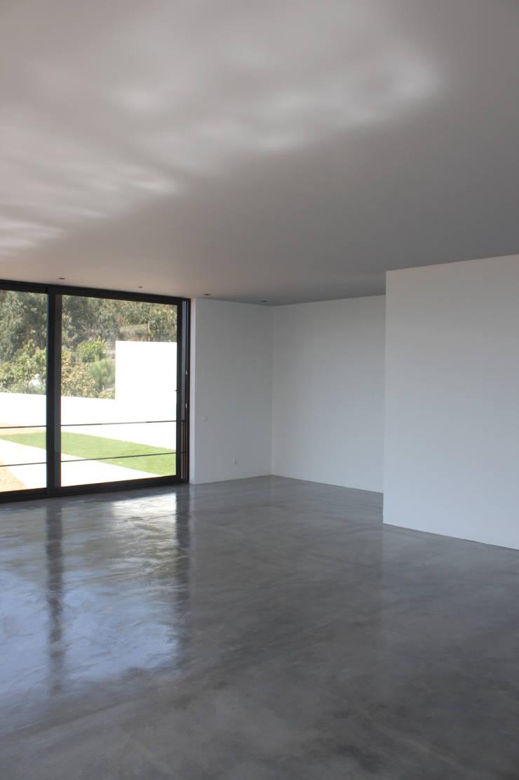 Casa de Moleiros: Salas de estar  por GRAU.ZERO Arquitectura