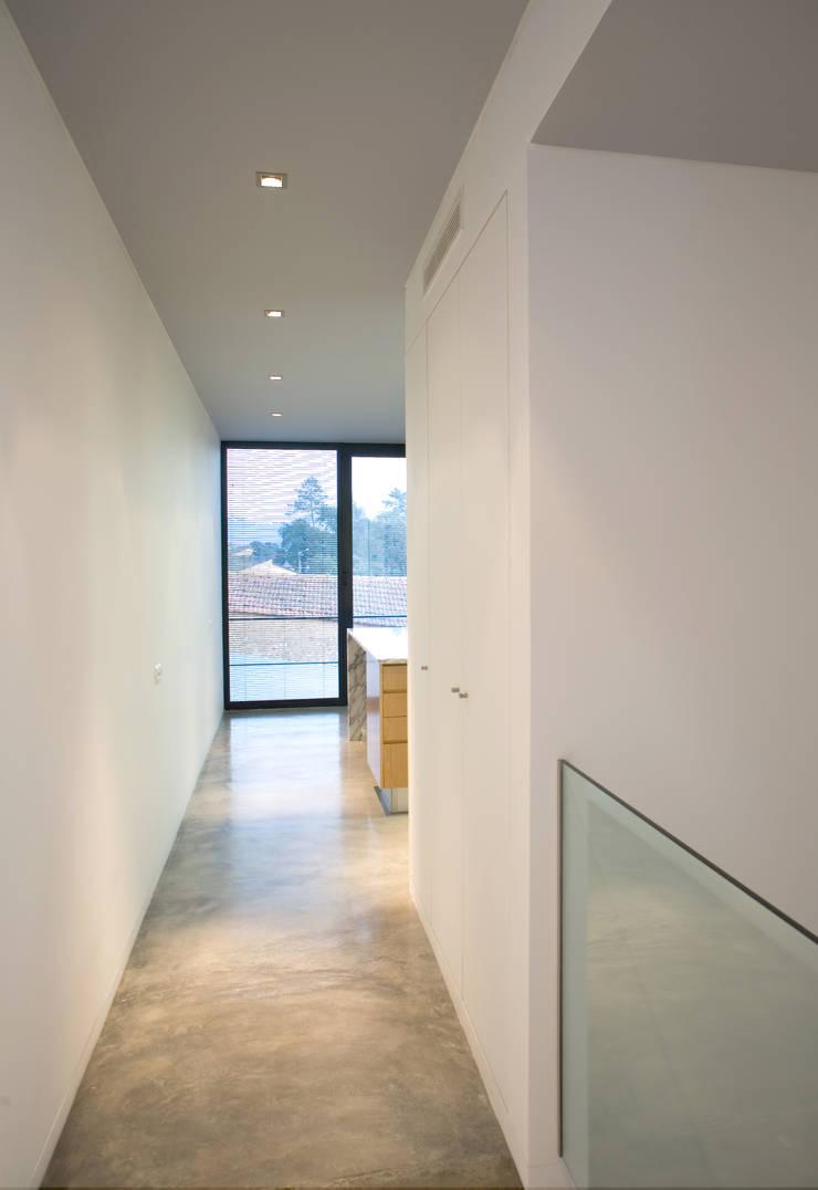 Casa de Moleiros: Corredores e halls de entrada  por GRAU.ZERO Arquitectura