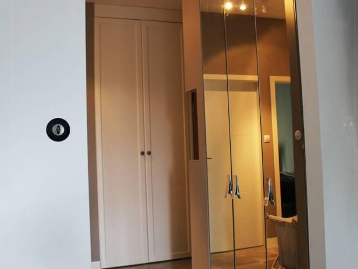 Szafa z lustrem oraz fronty angielskie: styl , w kategorii Korytarz, hol i schody zaprojektowany przez Szafawawa