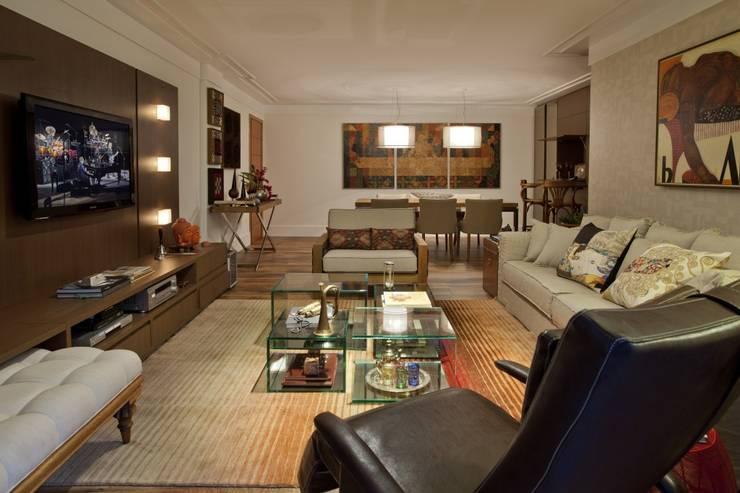 Sala de Estar/ Jantar: Salas de estar rústicas por CR Arquitetura