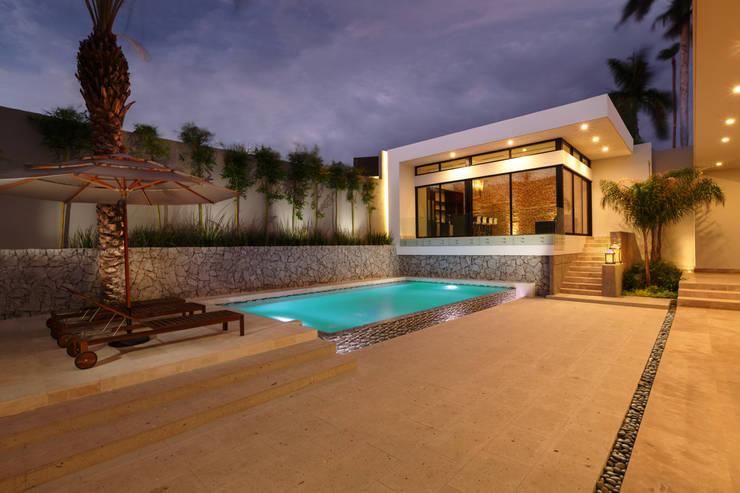 Piletas de estilo moderno por Juan Luis Fernández Arquitecto