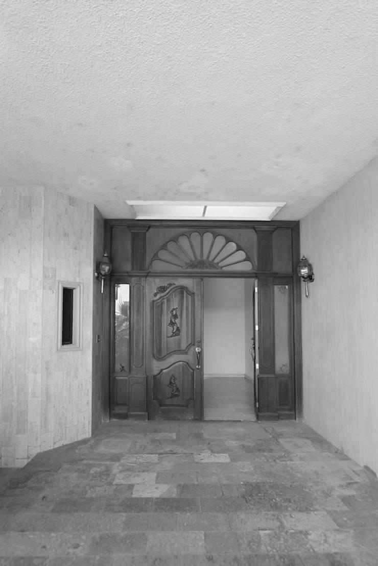 Acceso Principal Estado Original: Ventanas de estilo  por Juan Luis Fernández Arquitecto