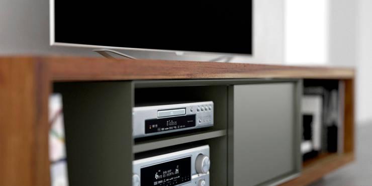 Mueble para TV  de madera maciza: Livings de estilo  por Forma muebles