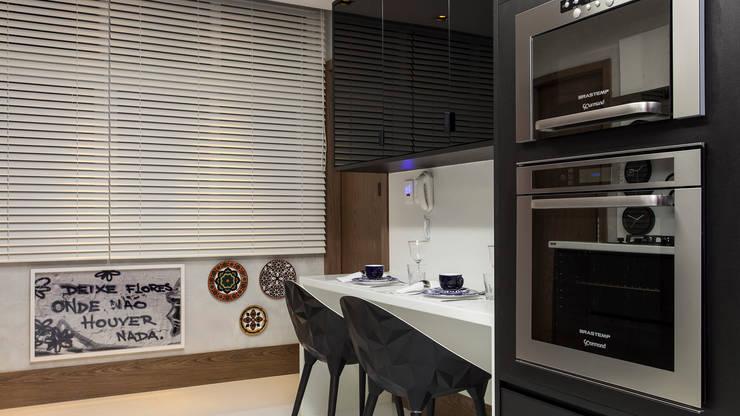 CECY: Cozinha  por Flavio Moura Arquitetura