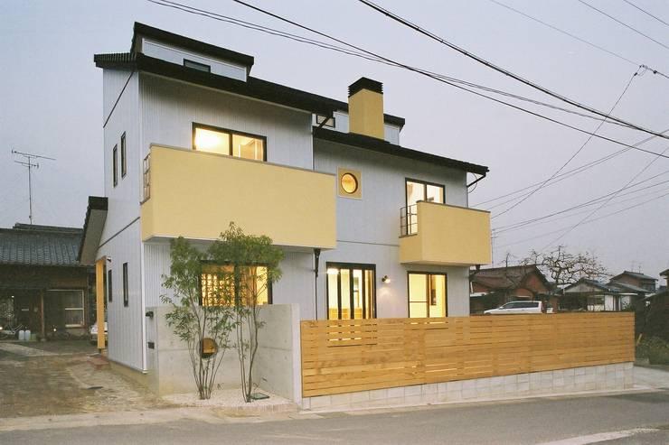 南側外観・夜景 モダンな 家 の 小栗建築設計室 モダン
