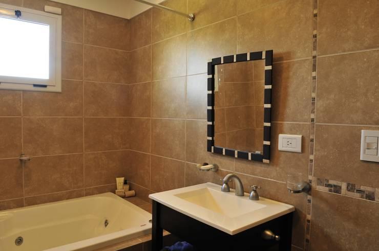 Vivienda Estilo Clásica: Baños de estilo clásico por Opra Nova