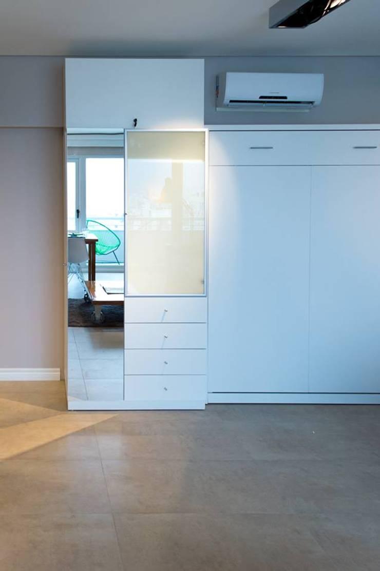 Cama rebatible doble + Guardado: Dormitorios de estilo  por MINBAI,Minimalista Madera Acabado en madera