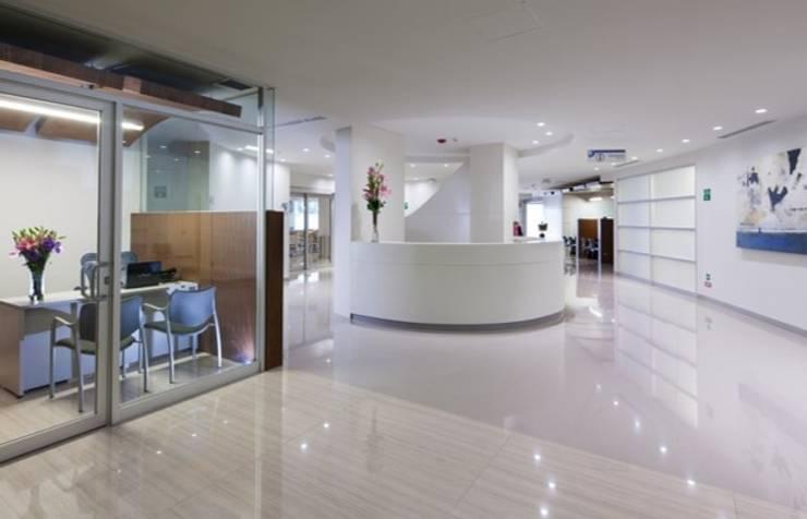 Swiss Hospital: Pasillos y recibidores de estilo  por BAO