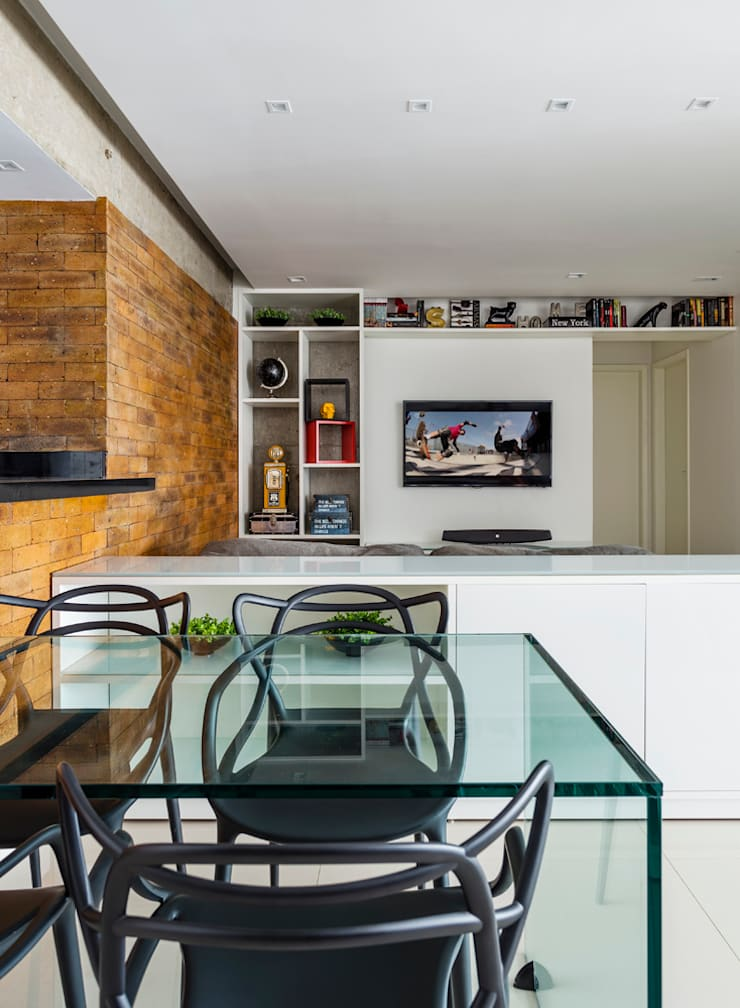 STRACK + GLASS TABLE: Salas de jantar  por STUDIO ANDRE LENZA