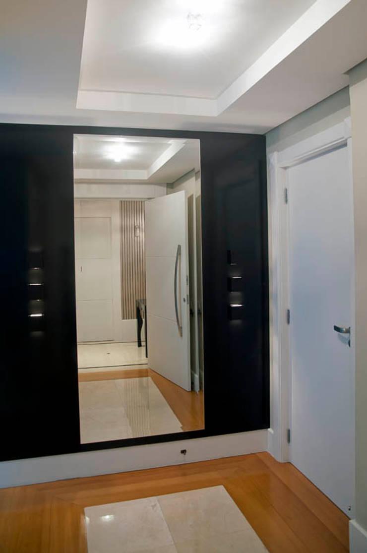 Apartamento Beiramar FL: Corredores e halls de entrada  por KARINA KOETZLER arquitetura e interiores