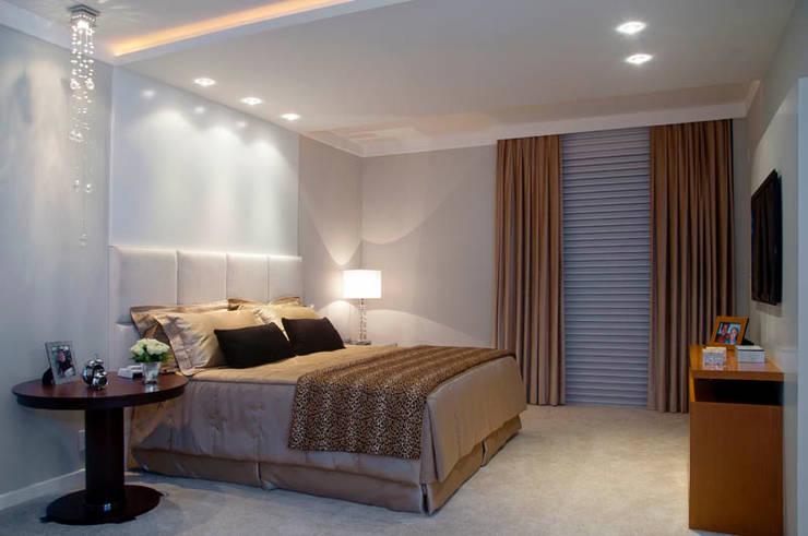 Apartamento Beiramar FL: Quartos  por KARINA KOETZLER arquitetura e interiores
