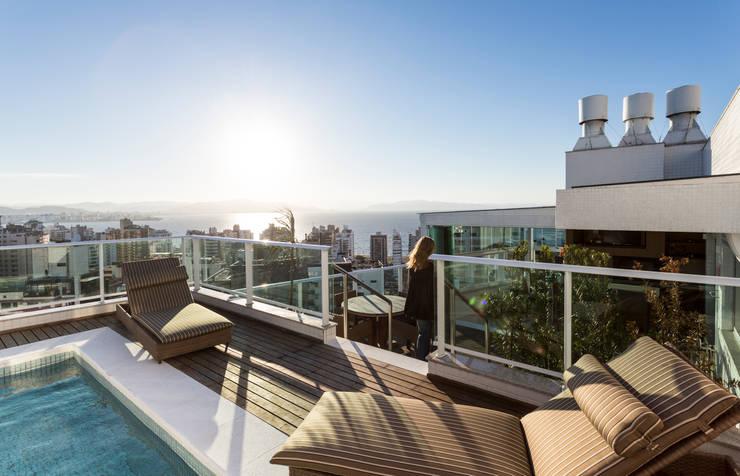 Apartamento Beiramar FL-2: Terraços  por KARINA KOETZLER arquitetura e interiores