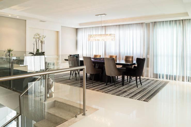 Apartamento Beiramar FL-2: Salas de jantar  por KARINA KOETZLER arquitetura e interiores,