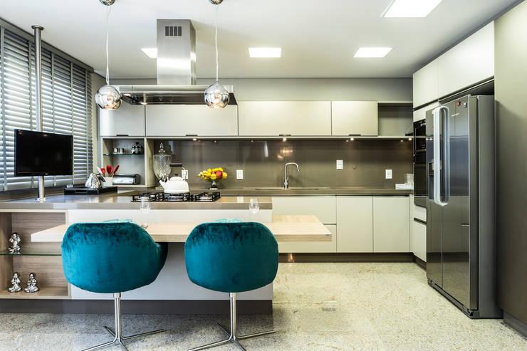 مطبخ تنفيذ KARINA KOETZLER arquitetura e interiores