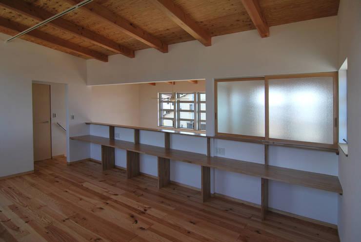 子供室: 原 空間工作所 HARA Urban Space Factoryが手掛けた子供部屋です。