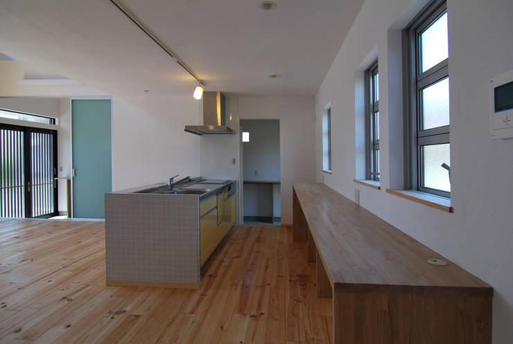 ダイニングキッチン: 原 空間工作所 HARA Urban Space Factoryが手掛けたダイニングです。