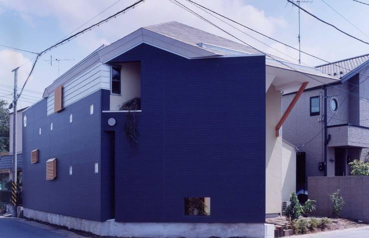 車の多い道路側: 有限会社加々美明建築設計室が手掛けた家です。