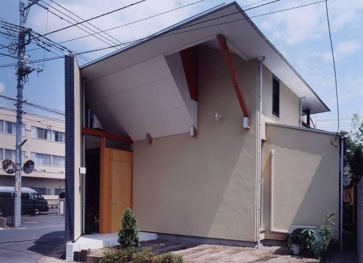 車の少ない側の外壁: 有限会社加々美明建築設計室が手掛けた家です。